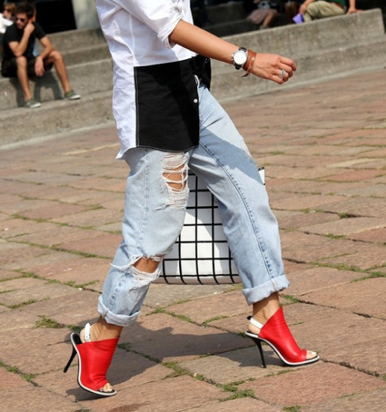 VOGUE.IT-STREET-STYLE-DISTRESSED-DENIM-LIGHT-BLUE-JEANS-RIPS-TORN-RED-BALENCIAGA-SLINGBACK-HEELS-SANDALS-BALENCIAGA-CHECK-BAG-BLACK-AND-WHITE-BUTTON-UP-UNTUCKED-FASHION-WEEK-2